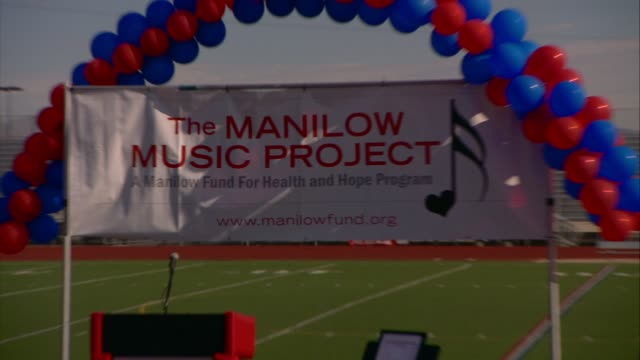 barry manilow and manilow music project to celebrate half million dollar donation at the barry manilow and manilow music project to celebrate half... - バリー・マニロウ点の映像素材/bロール