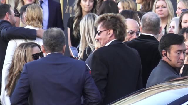 barry manilow arrives at a star is born premiere at the shrine auditorium in los angeles in celebrity sightings in los angeles, - バリー・マニロウ点の映像素材/bロール