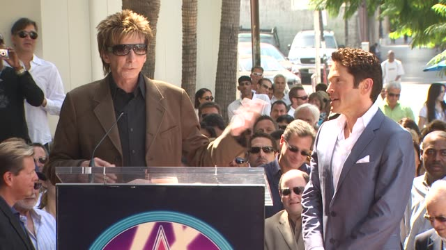 barry manilow at the dave koz honored with a star on the hollywood walk of fame at hollywood ca. - バリー・マニロウ点の映像素材/bロール