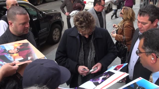 barry manilow at the view show, signs for fans on october 28, 2014 in new york city. - バリー・マニロウ点の映像素材/bロール