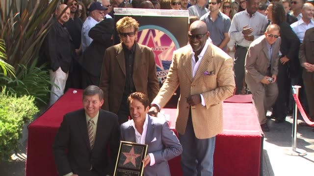 barry manilow , chris gardner , and dave koz at the dave koz honored with a star on the hollywood walk of fame at hollywood ca. - バリー・マニロウ点の映像素材/bロール