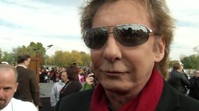 barry manilow on the event at the barry manilow brings music back to joplin students at joplin mo. - バリー・マニロウ点の映像素材/bロール