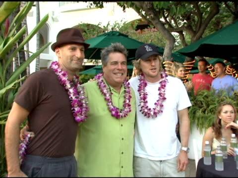 barry rivers and owen wilson at the 2005 maui film festival opening night twilight reception at the fairmont kea lani hotel in maui, hawaii on june... - オーウェン・ウィルソン点の映像素材/bロール