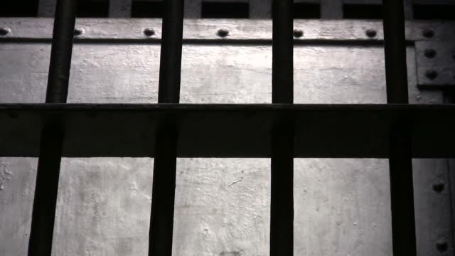 vídeos de stock, filmes e b-roll de barras de aço - grade de prisão