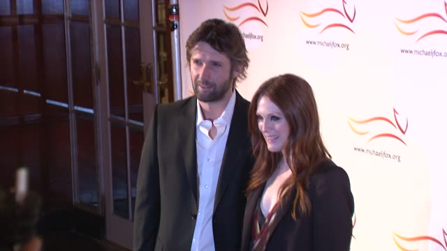 bart freundlich and julianne moore at the 'a funny thing happened on the way to cure parkinson's' benefit at new york ny. - ジュリアン・ムーア点の映像素材/bロール