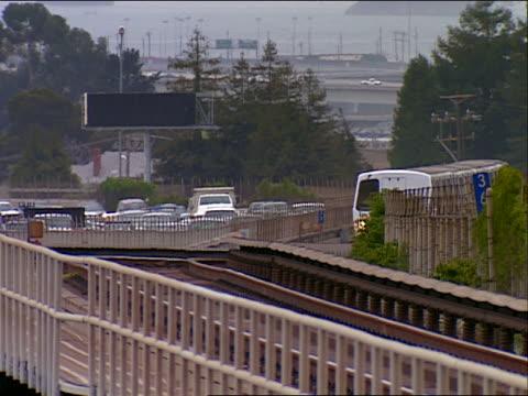 vídeos y material grabado en eventos de stock de ms, pan bart train approaching to station, san francisco, california, usa - bart