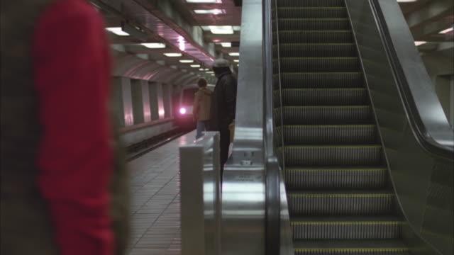 vídeos y material grabado en eventos de stock de ws bart train at station - bart