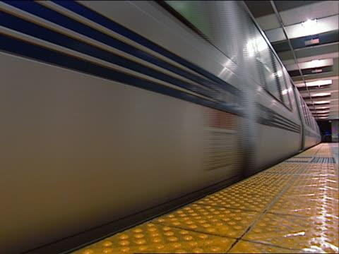vídeos y material grabado en eventos de stock de cu, la bart train stopping on station, san francisco, california, usa - bart