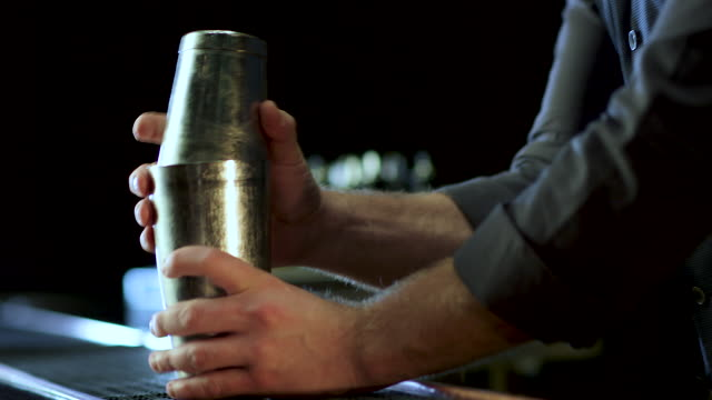 vidéos et rushes de barman faisant une fantaisie margarita - shaker