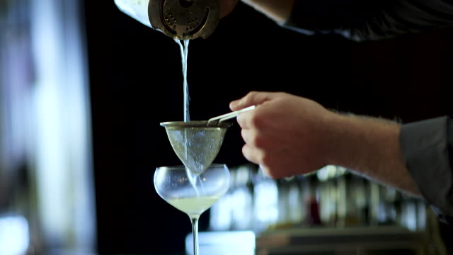 stockvideo's en b-roll-footage met barman maken een fancy margarita - bar tapkast