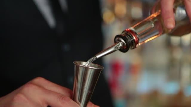 vidéos et rushes de barman cocktails de fabrication - shaker