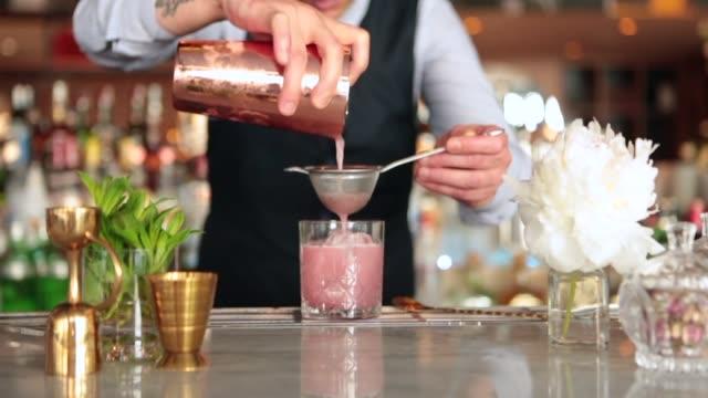 vídeos de stock, filmes e b-roll de barman fazer cocktails - barman