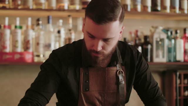 vídeos y material grabado en eventos de stock de bartender haciendo bebidas - delantal