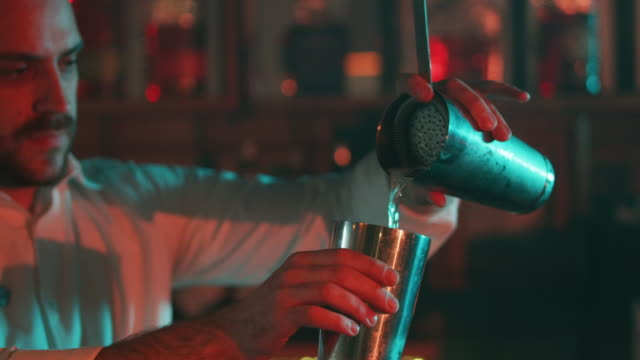 stockvideo's en b-roll-footage met barman mengen een drankje 4k - cocktail