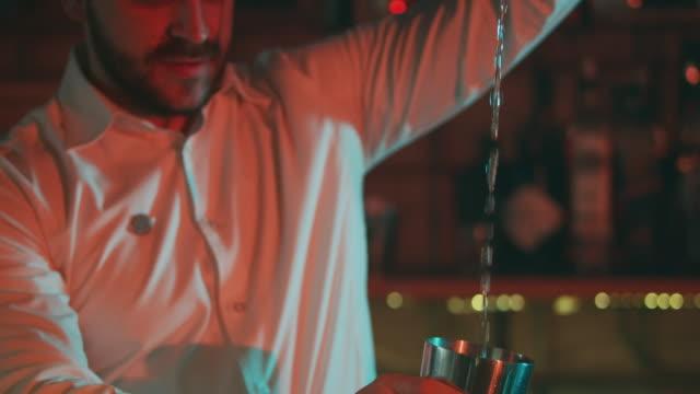vidéos et rushes de barman, verser un verre de 4k - shaker