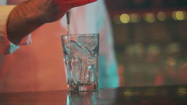 vídeos de stock, filmes e b-roll de garçom servindo bebida 4k - barman