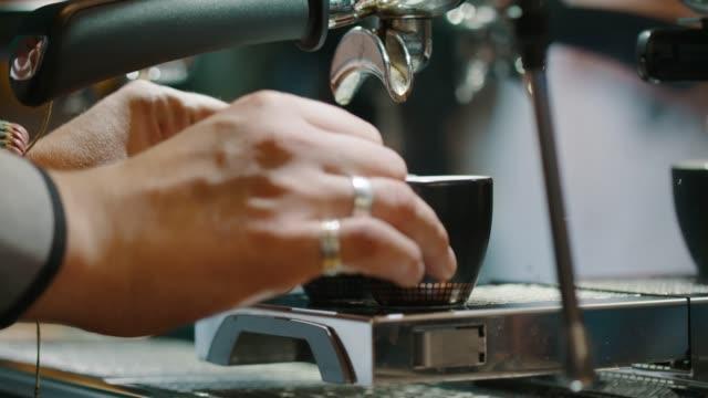Barkeeper bereitet Kaffee