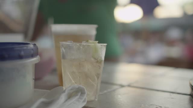 bartender putting lime wedges into drink - ガラス点の映像素材/bロール