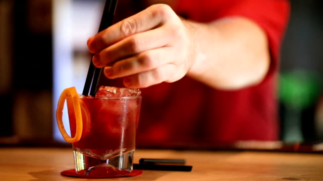bartender serviert cocktails - strohhalm stock-videos und b-roll-filmmaterial