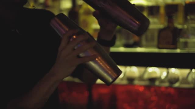 vidéos et rushes de barman shake cup pour faire des cocktails - shaker
