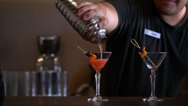 vidéos et rushes de bartender shaking cocktail in silver shaker - shaker