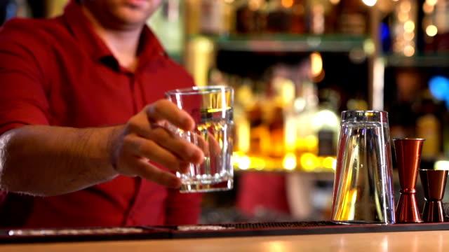 vídeos de stock e filmes b-roll de bartender working in bar counter - copo vazio