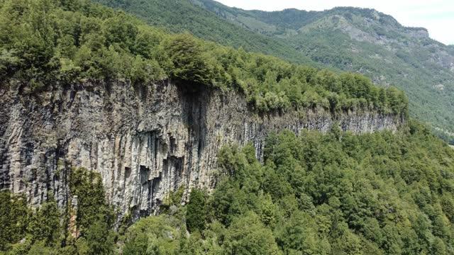 vídeos de stock, filmes e b-roll de colunas de basalto em um penhasco no sul do chile - paredão rochoso