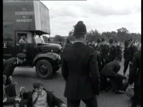 vidéos et rushes de base greenham common antinuclear demonstration police carrying demonstrator and putting him in removals van as crowds watch police removing more... - newbury angleterre