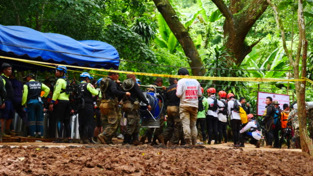 vídeos y material grabado en eventos de stock de base of rescue operations outside the cave network where boys among a group of 13 trapped in a flooded cave in khun nam nang non forest park in the... - trabajador de rescate