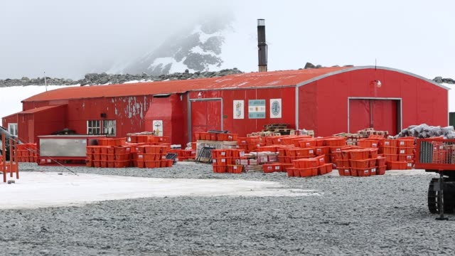 base orcadas is an argentine scientific station in antarctica and the oldest of the stations in antarctica still in operation it is located on laurie... - wetterstation stock-videos und b-roll-filmmaterial