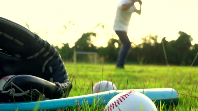 stockvideo's en b-roll-footage met honkbal spel van gras - slagman hits pitch - honkbal teamsport