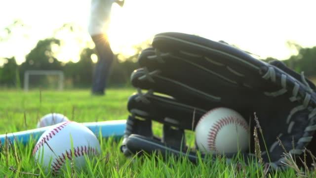 vidéos et rushes de match de baseball de l'herbe - pâte frappe pitch - joueur de baseball