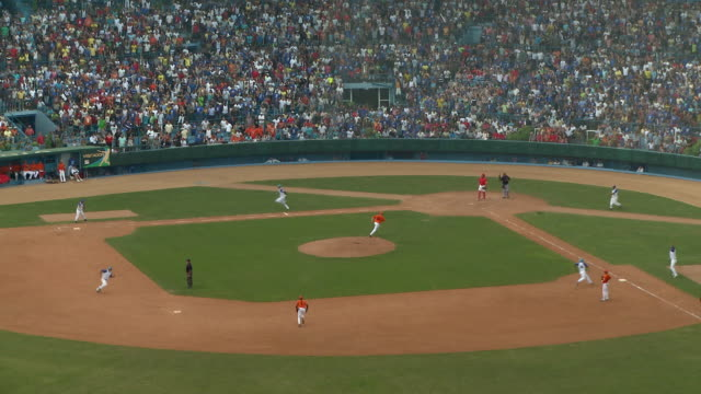 stockvideo's en b-roll-footage met ws ha baseball game / havana, cuba - honkbal teamsport