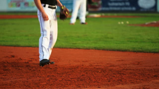 stockvideo's en b-roll-footage met slo mo baseball pitcher in action - honkbal teamsport