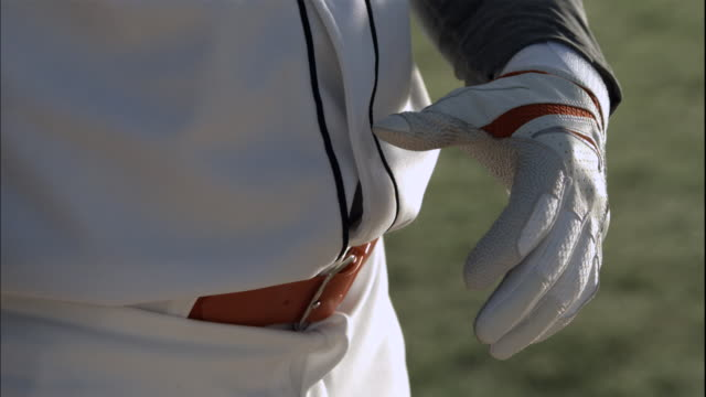 vídeos y material grabado en eventos de stock de cu slo mo baseball player putting gloves / thousand oaks, california, usa - batear