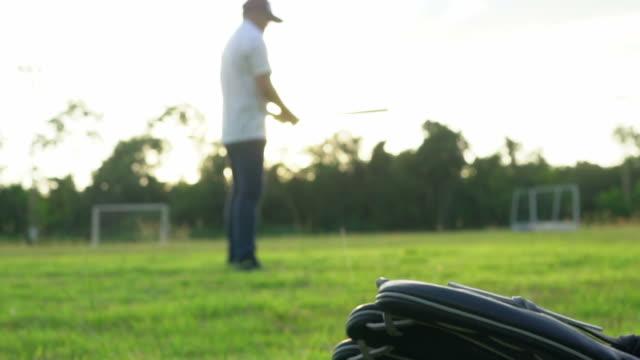 vídeos y material grabado en eventos de stock de jugadores de béisbol durante la práctica de la puesta del sol - gorra de béisbol