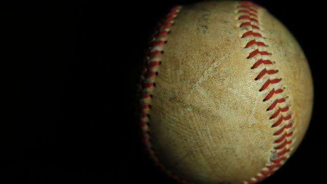 vídeos y material grabado en eventos de stock de bate de béisbol - sófbol
