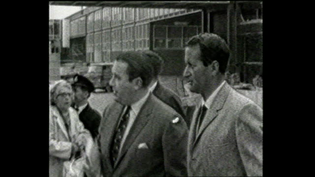 basil d'oliveira dies aged 80; 1968 location unknown: b/w archive footage of d'oliveira walking with officials - basil d'oliveira点の映像素材/bロール