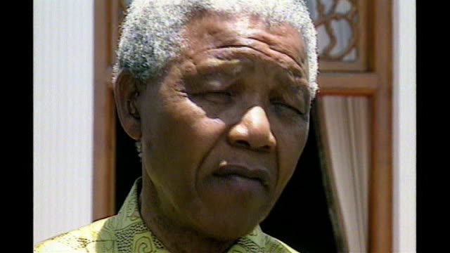 basil d'oliveira dies aged 80; tx 16.1.1996 south africa: mandela at press conference with d'oliviera nelson mandela press conference sot cutaway... - basil d'oliveira点の映像素材/bロール