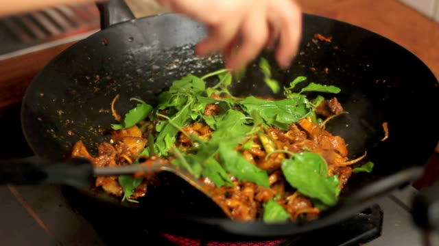 stockvideo's en b-roll-footage met basil on fry pork with curry - strooisels