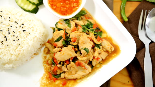 basil pork,rice topped with stir-fried pork and basil - chilli con carne video stock e b–roll