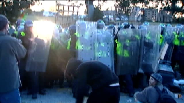 basildon council approve new travellers' camp half a mile from dale farm; 19th october 2011 crays hill: dale farm: ext riot police entering the dale... - basildon stock-videos und b-roll-filmmaterial