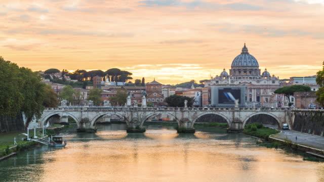 バシリカ ・ ディ ・ サン ・ ピエトロ バチカン市国、ローマ、イタリアの橋と - サンピエトロ寺院点の映像素材/bロール