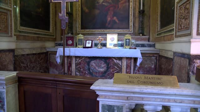 basilica of st. bartholomew in rome - side chapel - comunismo video stock e b–roll