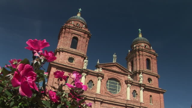 ms, la, canted, basilica of st. lawrence, blooming roses in foreground, asheville, north carolina, usa - 20世紀のスタイル点の映像素材/bロール