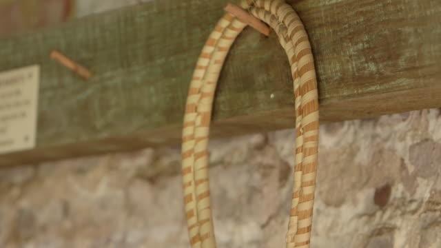 stockvideo's en b-roll-footage met basket hanging on peg rack focus - wiese