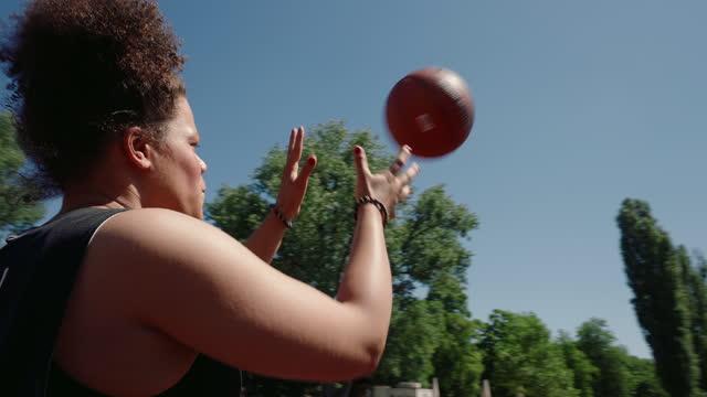 stockvideo's en b-roll-footage met basketball athletes having exercise on outdoor court - vangen