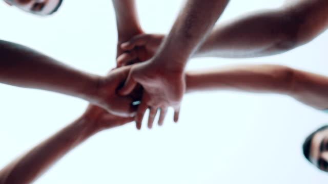 vidéos et rushes de entraîneur de basket-ball et ses joueurs se tenant la main ensemble avant le match. - sport d'équipe