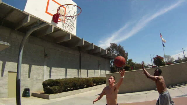 vídeos y material grabado en eventos de stock de pov ws of basketball court and black and white players dribbling, passing an alley-oop and slam dunking the ball. - mate técnica de vídeo