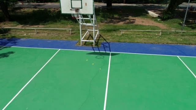 vídeos de stock, filmes e b-roll de basquete tribunal verde cor e branco linha, foto na vista superior pela sonda. - parque infantil
